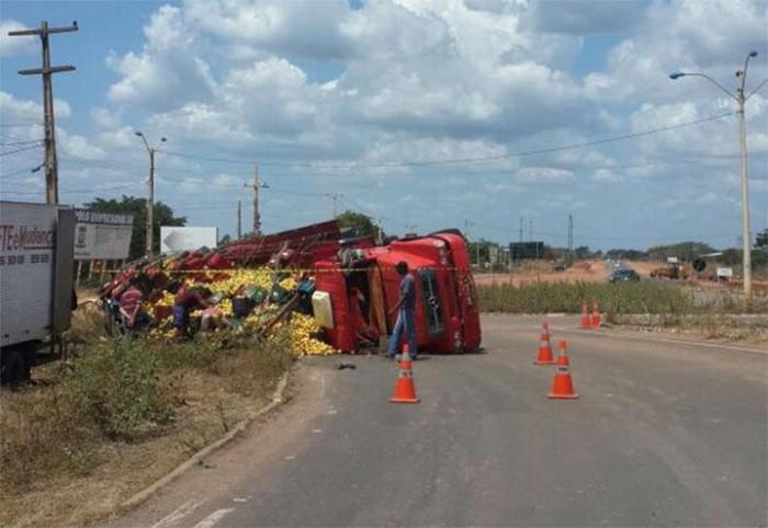 Caminhão tomba e deixa uma pessoa ferida na BR-316