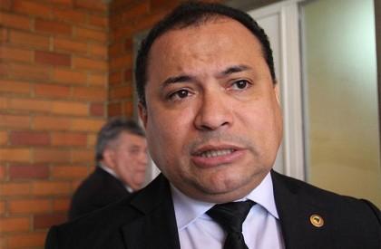 Distritão tira a representatividade de minorias, diz Evaldo Gomes