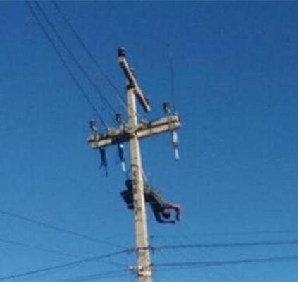 Homem sofre descarga elétrica e fica pendurado...