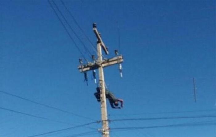 Homem sofre descarga elétrica e fica pendurado por cinto de segurança em poste
