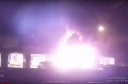 Ônibus pega fogo em garagem na zona Sul de...