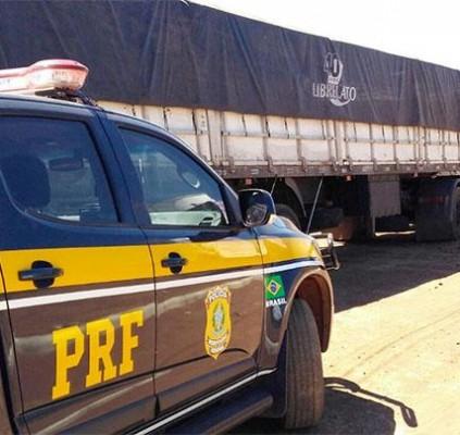 PRF apreende carga de madeira sendo transportada...