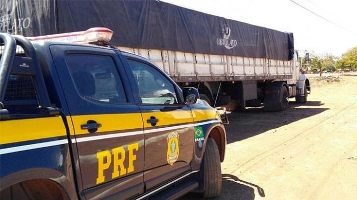 PRF apreende carga de madeira sendo transportada ilegalmente