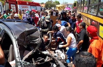 Acidente envolvendo carro e ônibus deixa duas pessoas mortas...