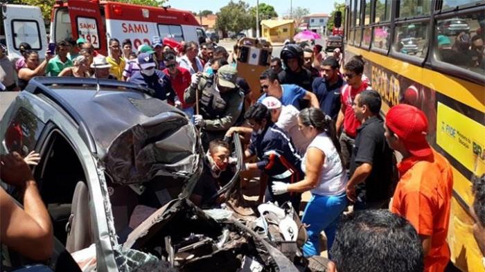 Acidente envolvendo carro e ônibus deixa duas pessoas mortas em Esperantina