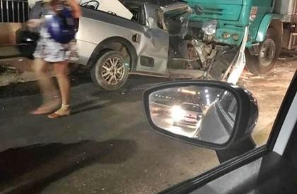 Carros incendeiam e uma pessoa fica ferida em colisão
