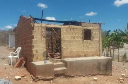 Casa fica parcialmente destruída após butijão de gás explodir
