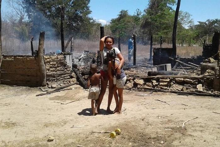 Criança incendeia casa acidentalmente e mãe pede ajuda