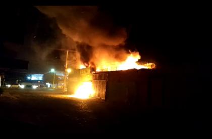 Incêndio destrói loja de material de construção em Pedro...