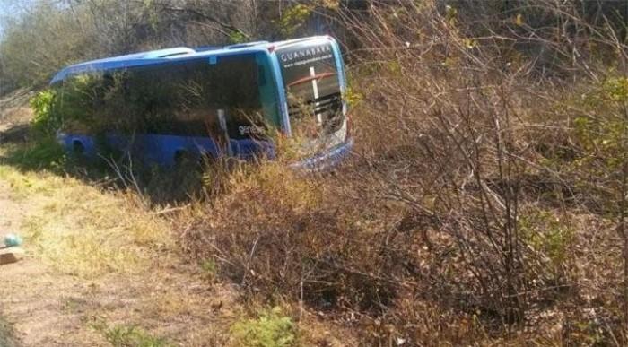 Motorista perde controle e ônibus sai da pista na 'rodovia da morte'