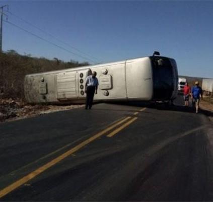 Ônibus tenta desviar de carreta e acaba...