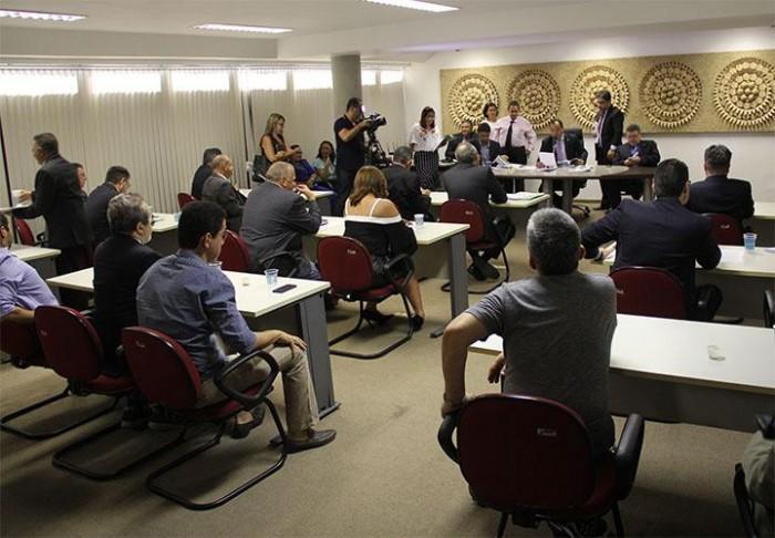 Após confusão, votação de projeto que aumenta impostos é suspensa na CCJ