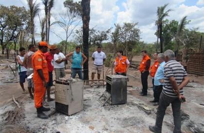 Autoridades visitam assentamento e iniciam atendimentos após incêndio