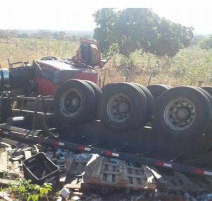 Caminhão carregado de vinho tomba na BR-135...