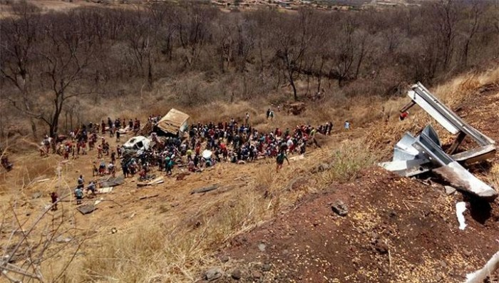 Carreta tomba e quatro pessoas ficam feridas na BR-316
