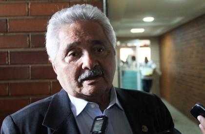 Elmano diz ser a favor de votação aberta no caso Aécio