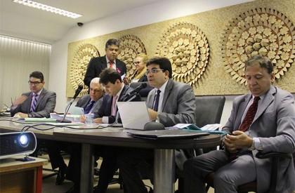 'Estado está proibido de conceder reajuste aos servidores', diz secretário