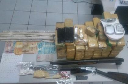 Homem é preso com drogas, dinheiro e bananas de...