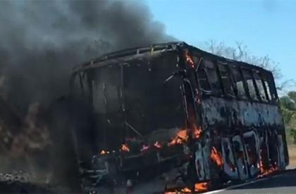 Ônibus pega fogo e fica completamente destruído na BR-316