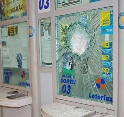 Bando invade e rouba casa lotérica no...