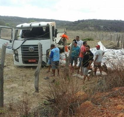 Caminhão tomba e deixa uma pessoa morta...