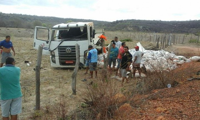 Caminhão tomba e deixa uma pessoa morta e duas feridas
