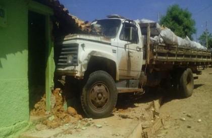 Criança de seis anos morre ao ser atropelada por caminhão