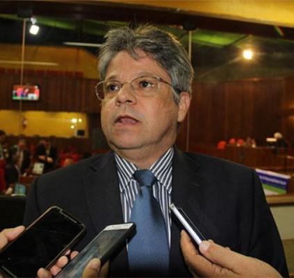 Deputado Gustavo Neiva contesta a premiação das...