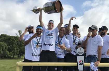 Grêmio é recebido com festa após título da Libertadores