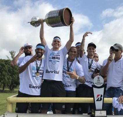 Grêmio é recebido com festa após título...