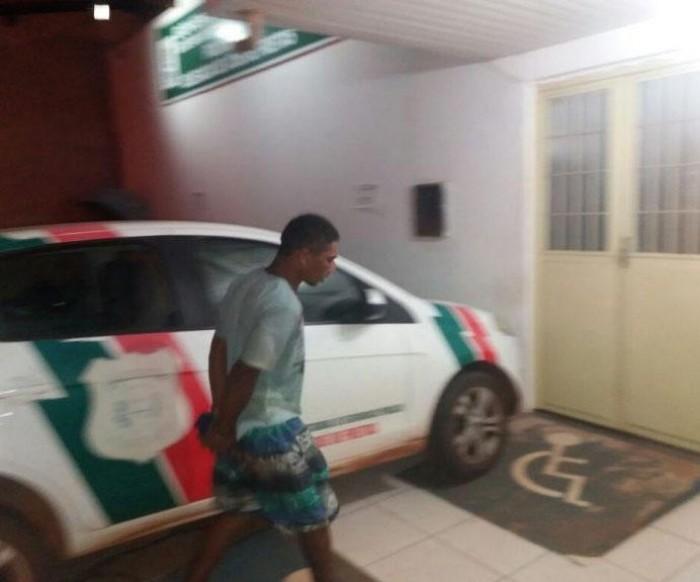 Homem é preso após invadir casa e assaltar idosa