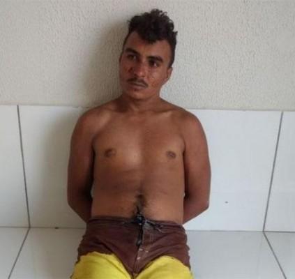 Homem é preso após tentar agredir os...