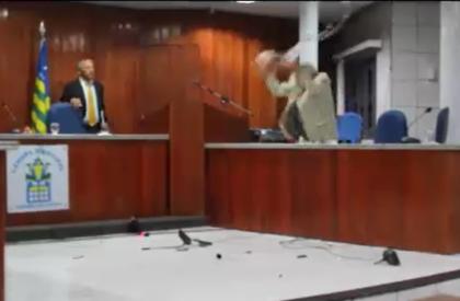 Impedido de falar, vereador quebra microfones em câmara no...