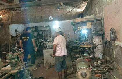 Polícia prende homem e fecha fábrica ilegal de armas...