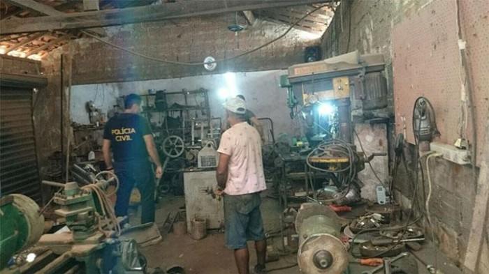 Polícia prende homem e fecha fábrica ilegal de armas de fogo