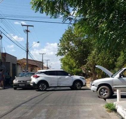 Três veículos se envolvem em acidente na...