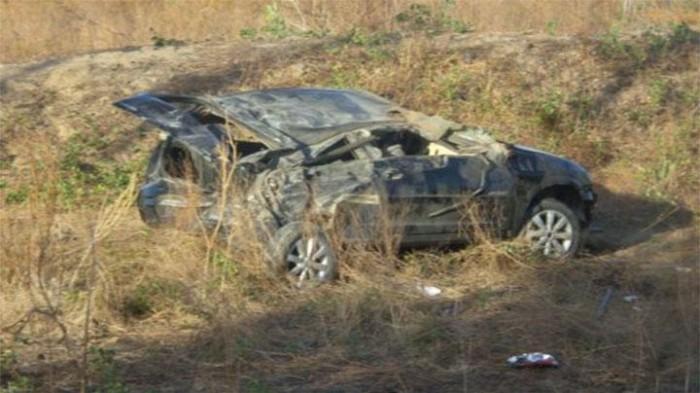 Veículo capota e deixa quatro pessoas feridas na estrada da Pedra do Sal