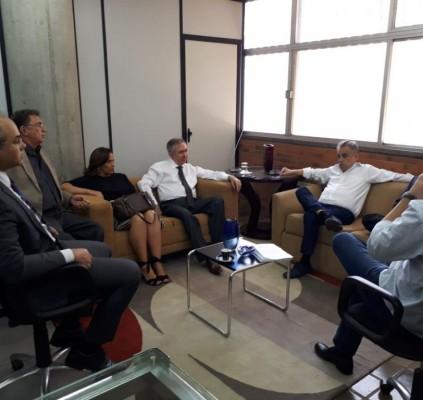 Deputados de oposição se reúnem com ex-ministro...