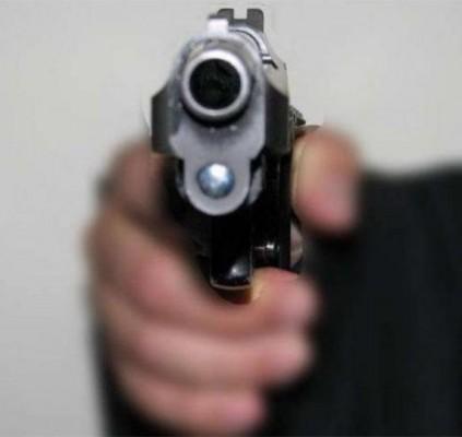 Dupla de fugitivos armados fazem arrastão em...
