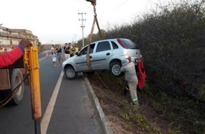 Motorista perde controle e carro cai em barranco no litoral do PI