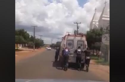 Ambulância do SAMU de Picos é empurrada por médicos e enfermeiros