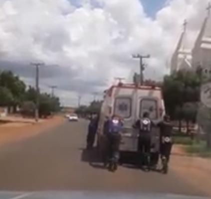 Ambulância do SAMU de Picos é empurrada...