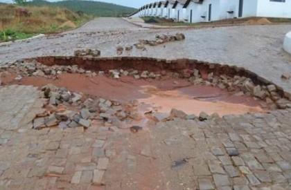 Forte chuva abre cratera em residencial de Picos