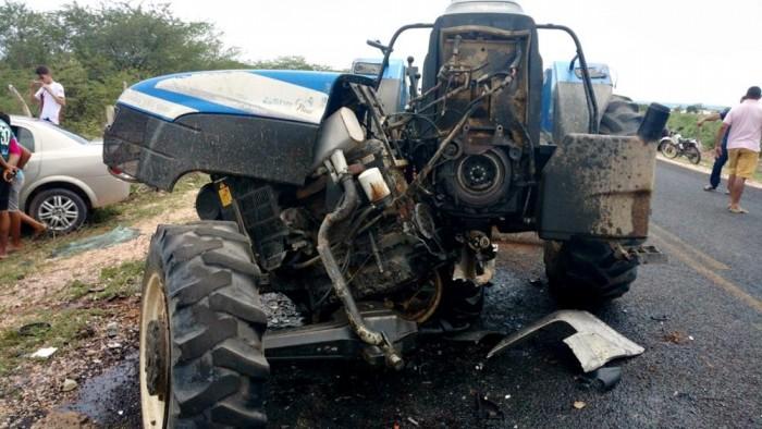 Colisão entre carro e trator deixa homem gravemente ferido