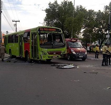 Colisão entre dois ônibus deixa 11 feridos...