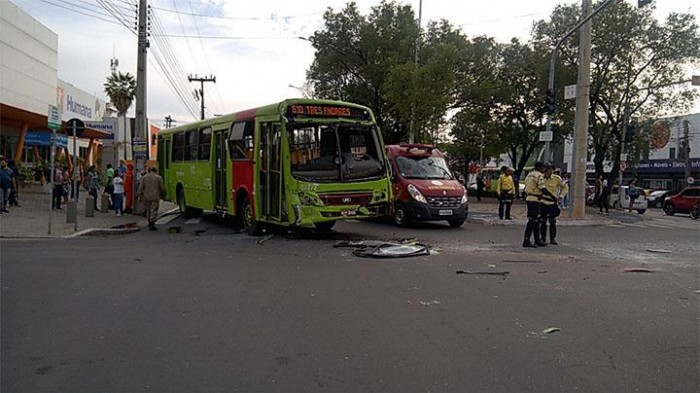 Colisão entre dois ônibus deixa 11 feridos no Centro de Teresina