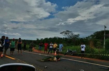 Colisão entre motocicleta e carreta deixa um morto na BR-343