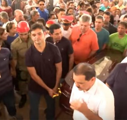 Cortejo de Humberto Coutinho leva multidão às...