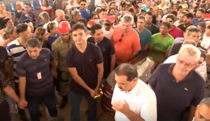 Cortejo de Humberto Coutinho leva multidão às ruas de Caxias