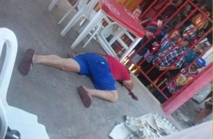 Homem é morto a tiros dentro de bar em...